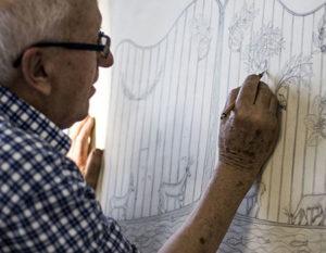 Il fondatore Cavalier Gianfranco Boranga, maestro di Fucina Artistica Boranga al tavolo da disegno