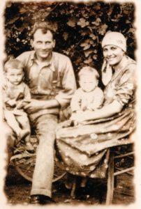 Il fabbro artistico Luigi Boranga nel 1934 e la moglie anno tengono in braccio i figli Piergiorgio e Gianfranco